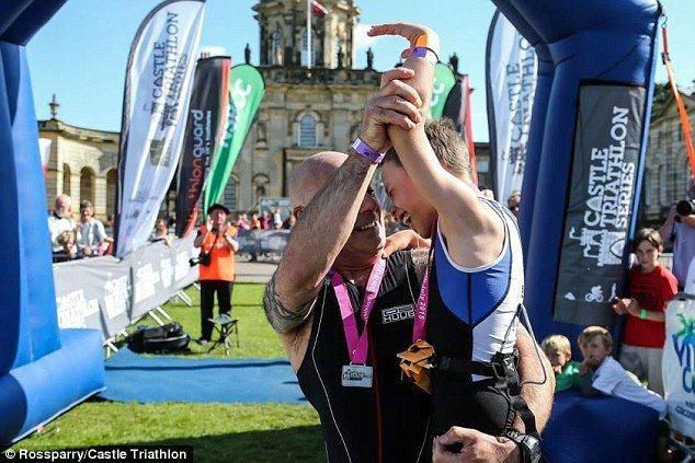 Bambino con paralisi cerebrale termina la maratona fra gli applausi