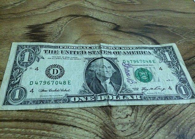 Vedovo ritrova la banconota firmata dalla moglie: l'aveva spesa per sbaglio