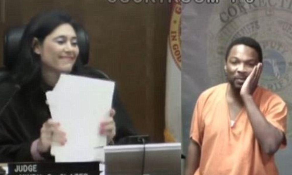 Il giudice riconosce l'imputato: l'incontro dei due ex compagni di scuola è emozionante