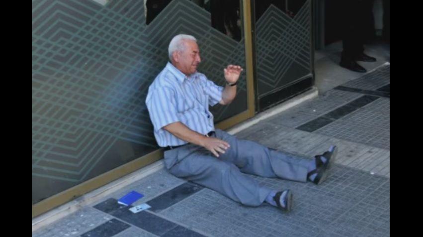 Grecia: il pensionato che piangeva davanti alla banca sarà aiutato da un benefattore