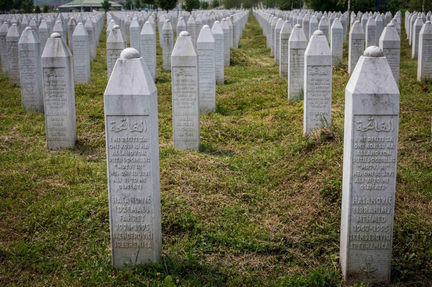 Srebrenica, folla lancia sassi contro il premier della Serbia durante la cerimonia per il 20esimo anniversario del massacro