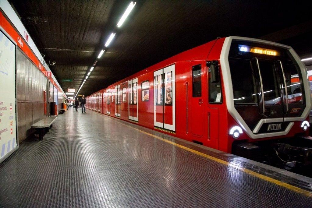 Salva una donna dal suicidio in metro: si cerca l'uomo senza volto