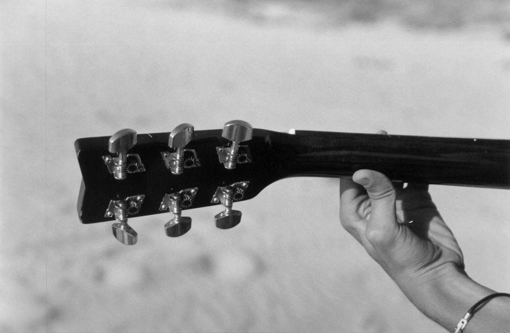 Le 10 canzoni con accordi da suonare con la chitarra in spiaggia