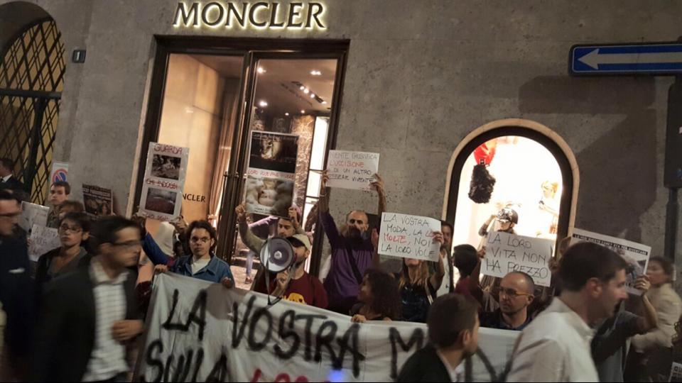 protesta animalista milano
