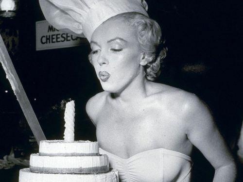 'Happy Birthday' cantata da artisti famosi: dal glamour di Marilyn Monroe al punk dei Ramones