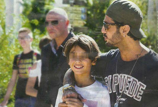 Fabrizio Corona in vacanza con il figlio Carlos in un parco giochi fuori Roma
