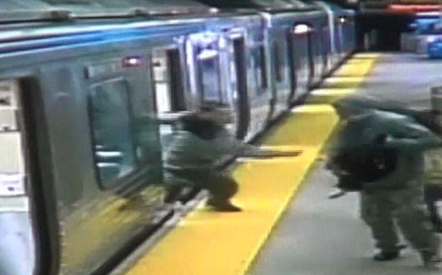 Scippo in metropolitana: per rubare la borsa lo buttano sui binari