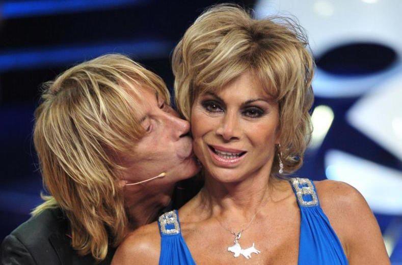 Carmen Russo ed Enzo Paolo Turchi: matrimonio bis in spiaggia per la showgirl all'età di 56 anni