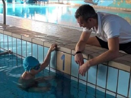 Alessandro Vielmi sconfitto il tumore nuota con un braccio