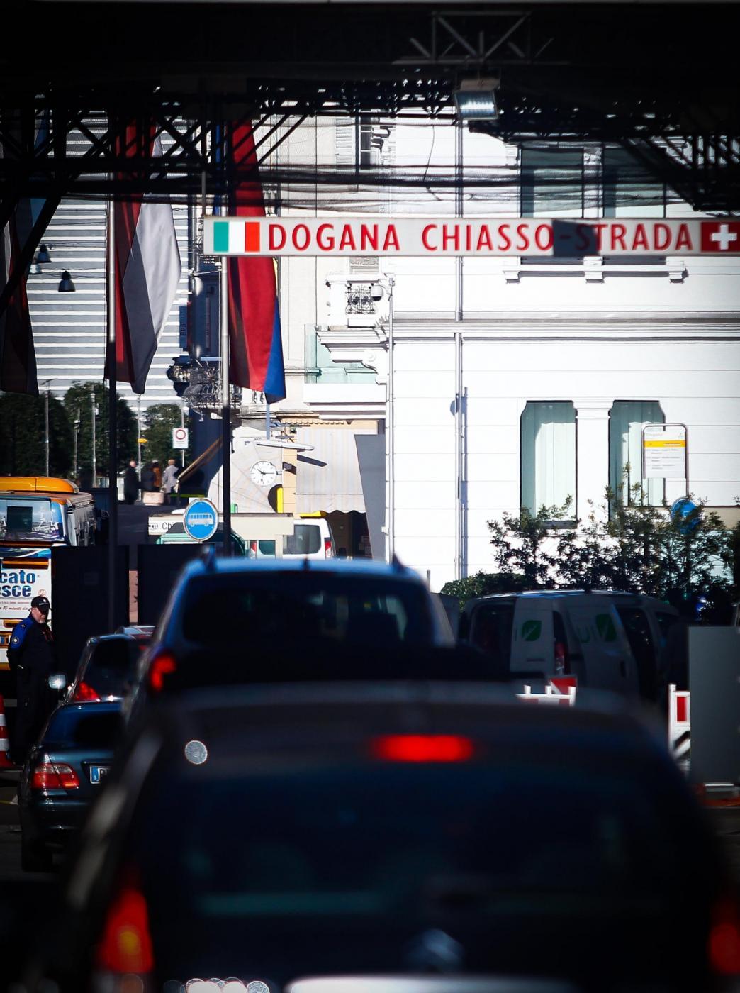 Svizzera, frontalieri italiani respinti alle frontiere: per loro gli immigrati siamo noi