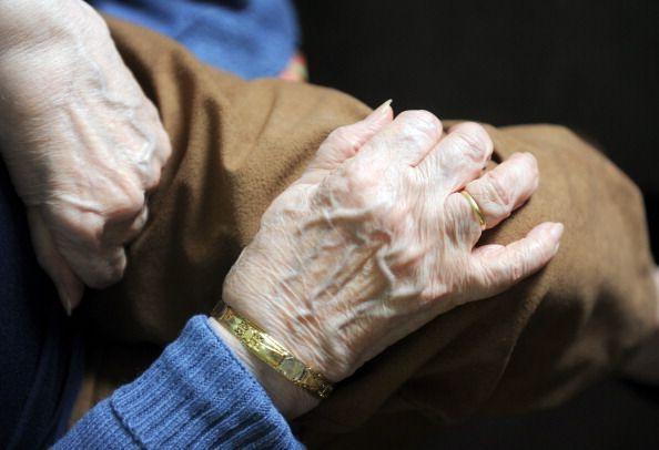 Mani di donna anziana 150x150