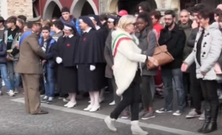 Il sindaco non stringe la mano alla studentessa di colore: è scandalo in Veneto