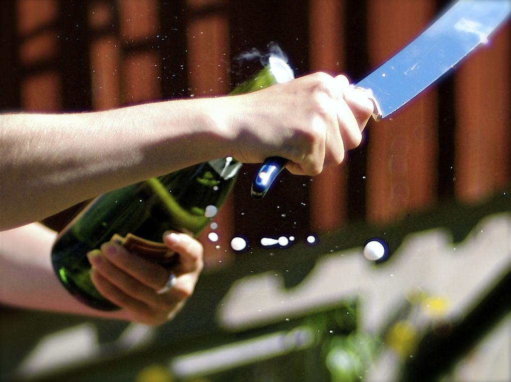 Apre lo champagne con la sciabola