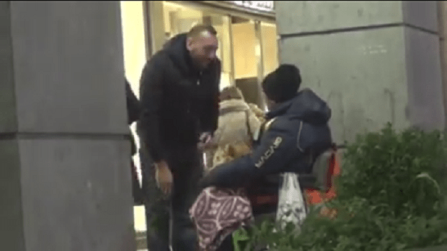 I regali di Natale di Damiano Cavadi ai senzatetto di Milano