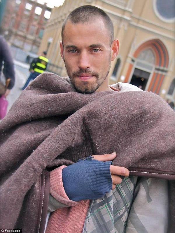 Un bullo lo umilia, senzatetto trova la solidarietà del web e nuovi amici
