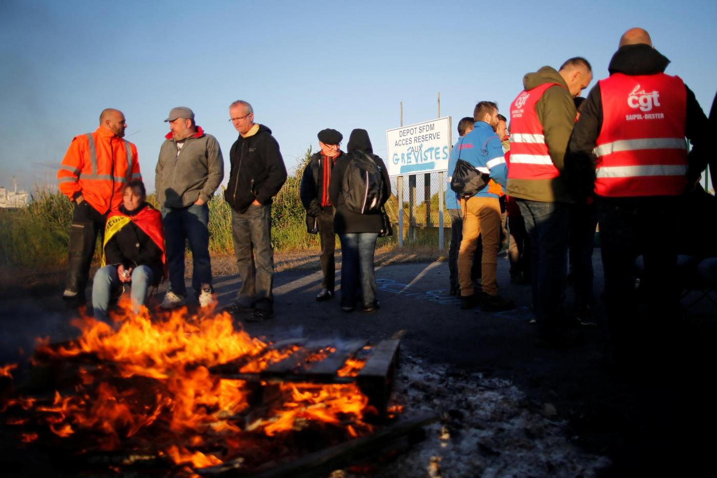 Francia, le proteste degli operai nei pressi di Donges