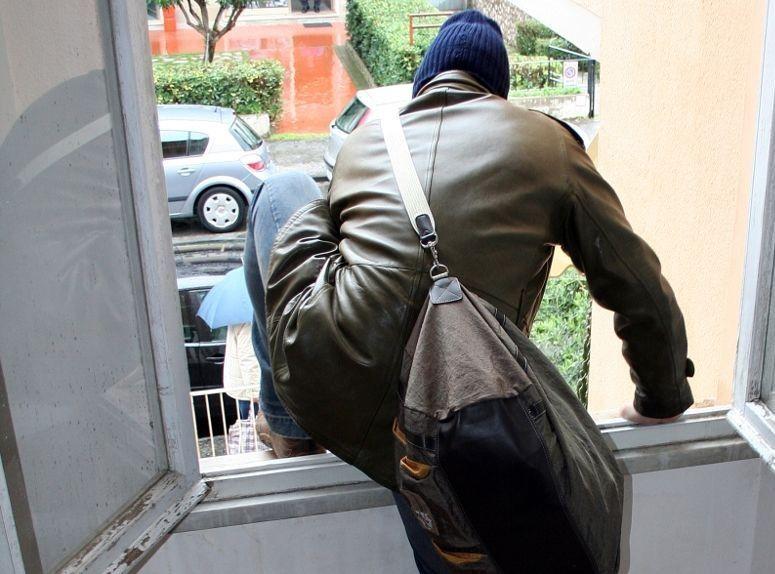ladro ruba in casa di un poliziotto