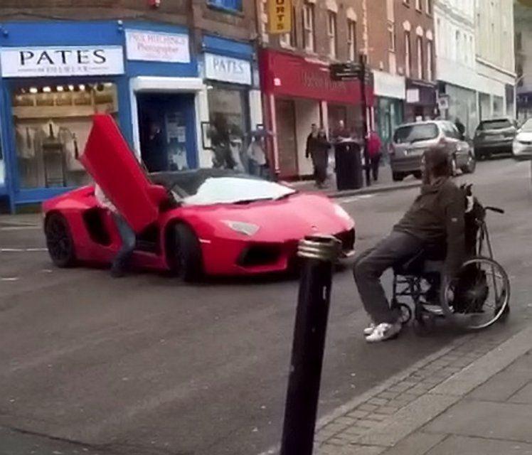 lamborghini bloccata da uomo su sedia a rotelle