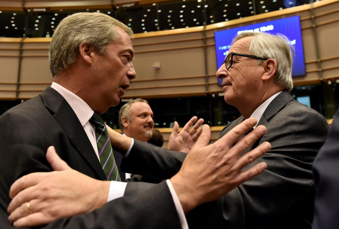 Bruxelles, Juncker si intrattiene con Farage al parlamento europeo