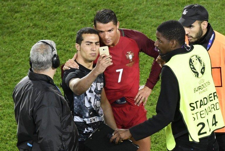 Ronaldo fa un selfie con un tifoso
