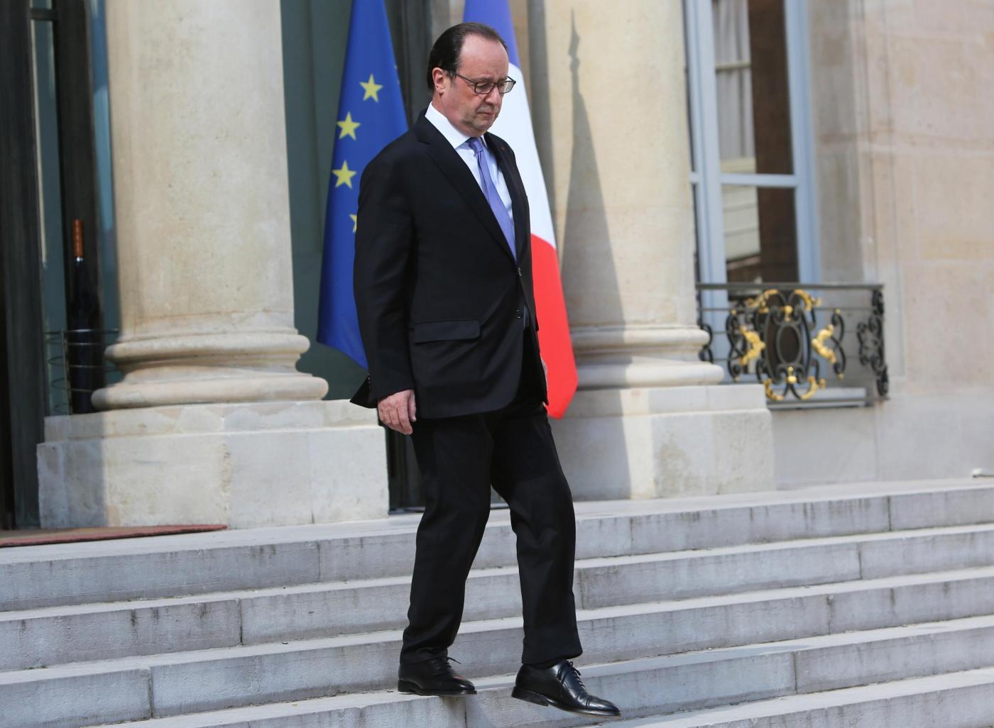 Francois Hollande lascia l'Eliseo dopo il consiglio di sicurezza straordinario per l'attacco terroristico a Nizza