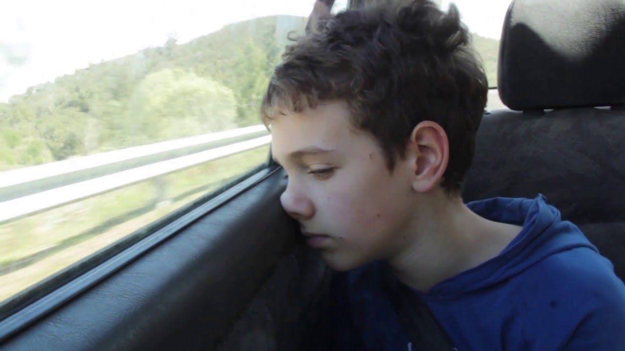 bambino solo in auto