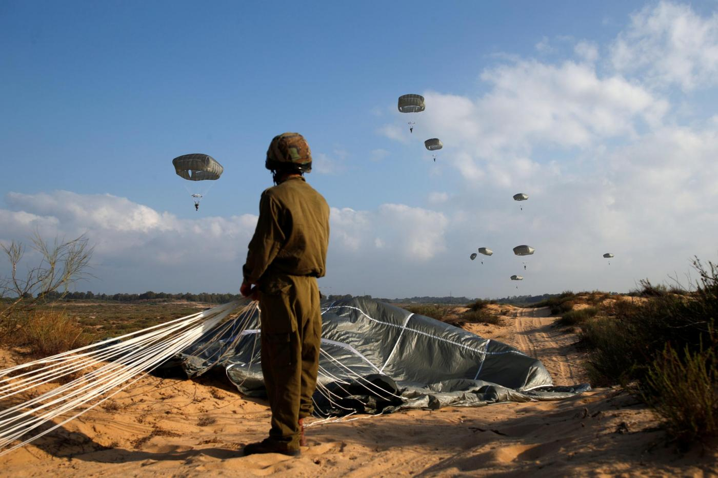 Tel Aviv, esercitazione dei paracadutisti dell'esercito israeliano