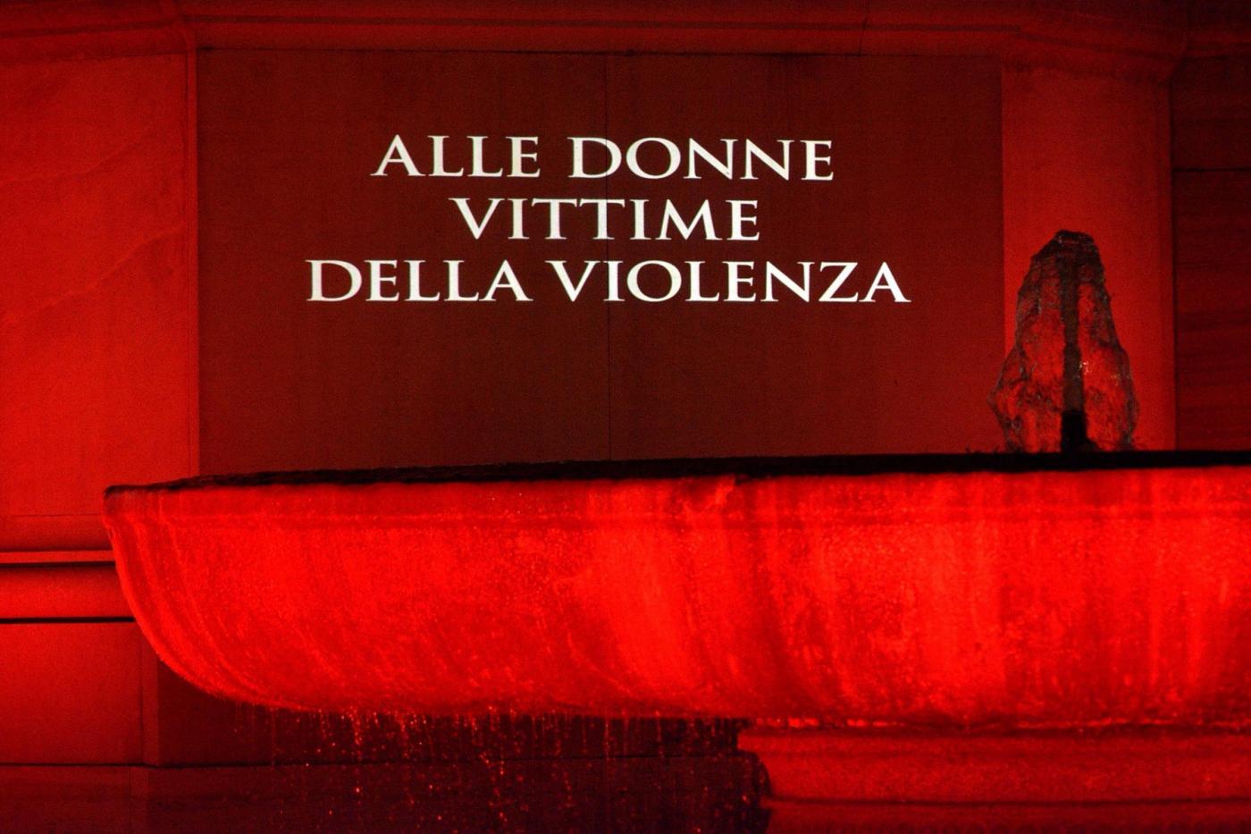 La fontana in piazza del Quirinale illuminata di rosso in memoria delle donne vittime della violenza