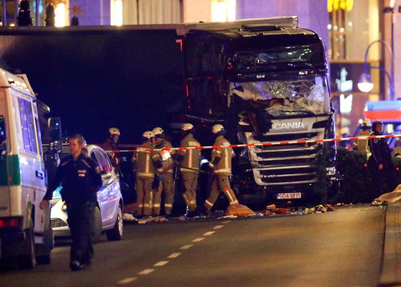 Berlino, camion sulla folla in un mercato di Natale: morti e feriti