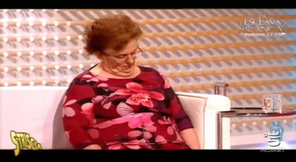 Spagna, una signora dorme in diretta TV: lo scherzo del programma 'La Tarde, aquì y ahora'