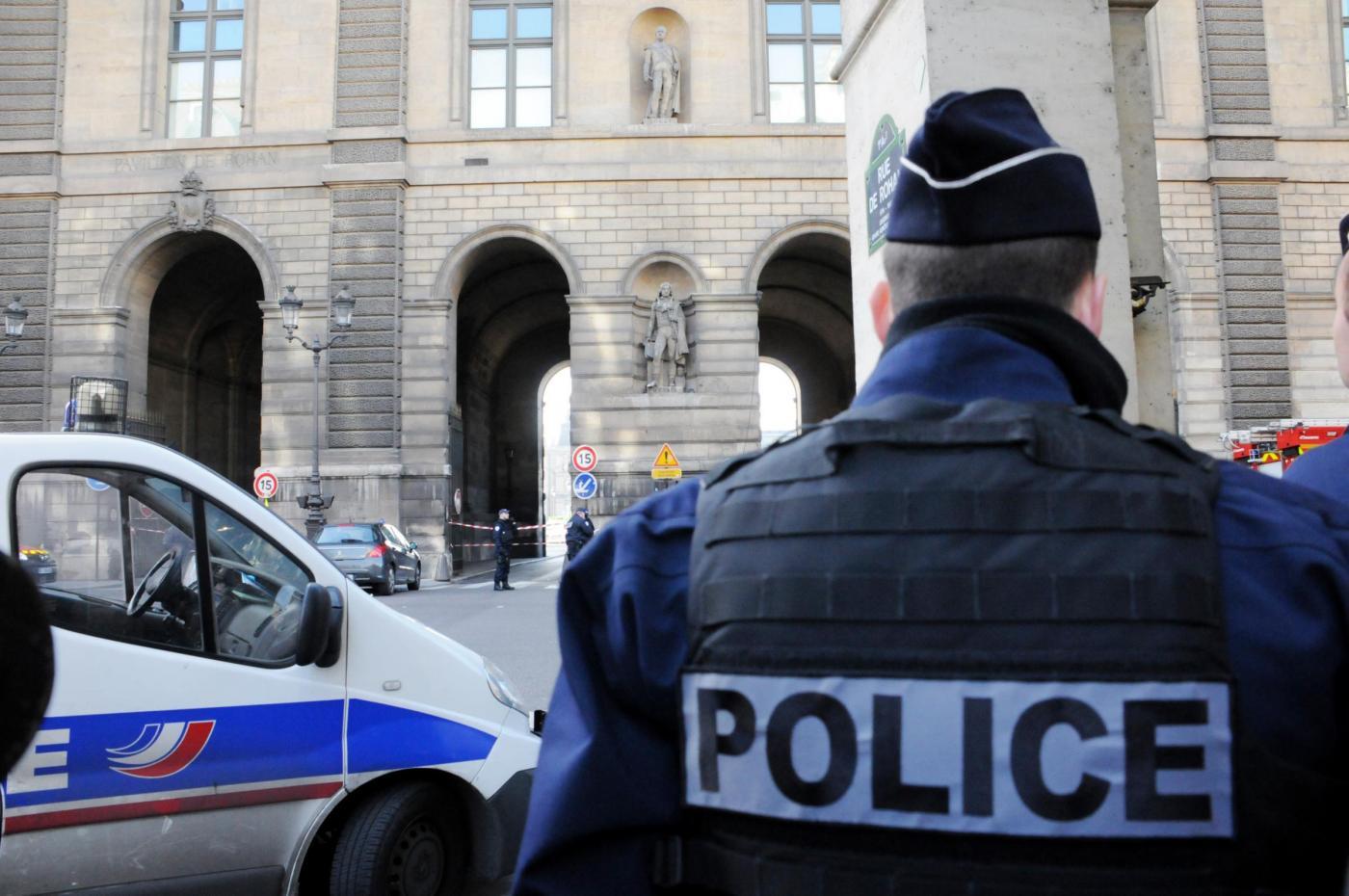 Parigi soldato spara a uomo armato al Louvre