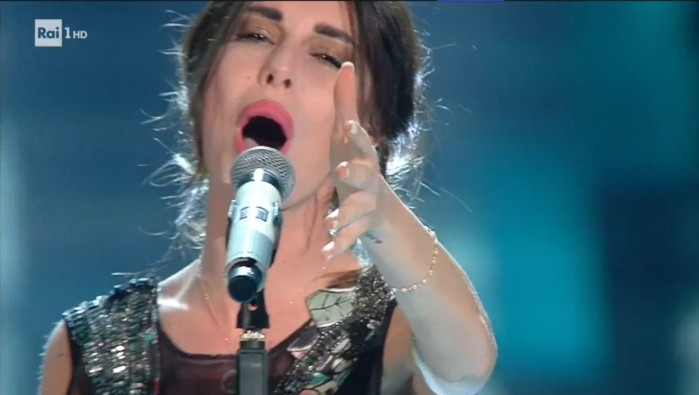Festival di Sanremo 2017, Bianca Atzei piange mentre canta Ora esisti solo tu