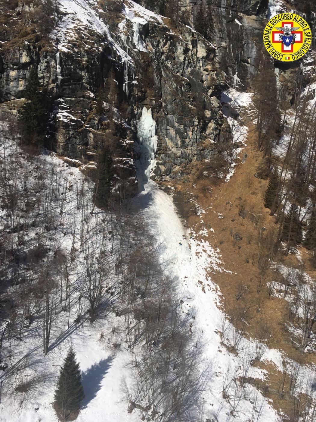 Val d'Aosta, crolla una cascata di ghiaccio a Gressoney: 4 scalatori morti