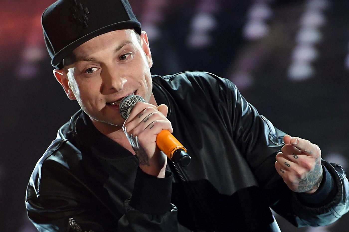 Festival di Sanremo 2017: Clementino canta 'Svalutation' e dà spettacolo in sala stampa