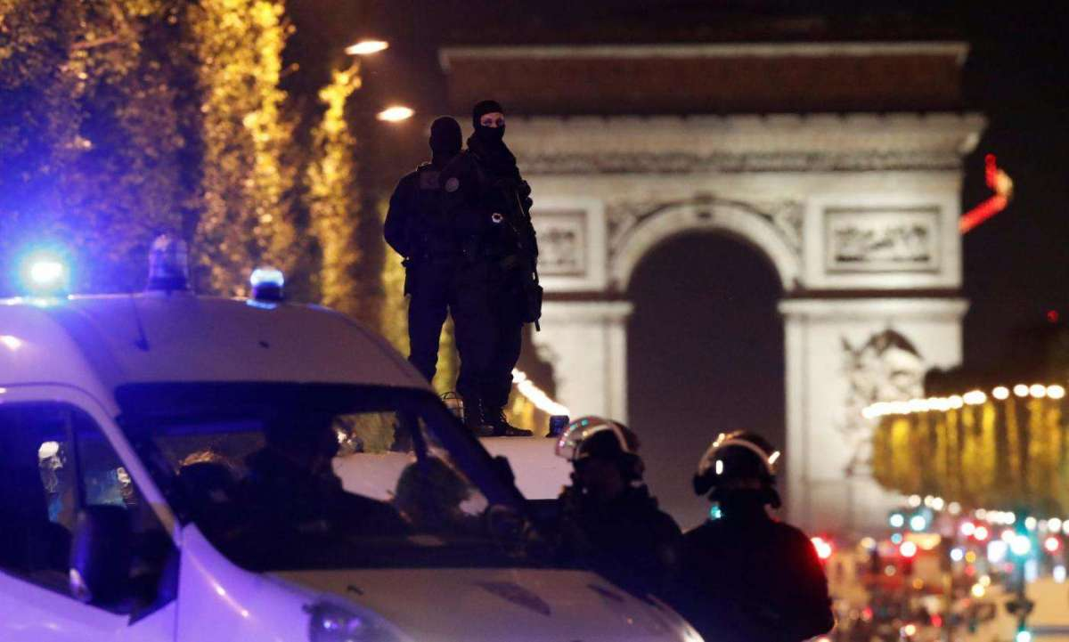 Attacco a Parigi sugli Champs Elysées: ucciso un poliziotto e il killer, due in gravi condizioni. L'Isis rivendica