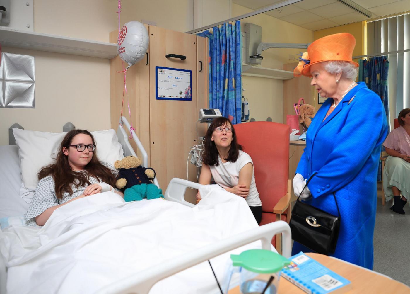 Regina Elisabetta fa visita ai feriti dell'attacco terroristico di Manchester