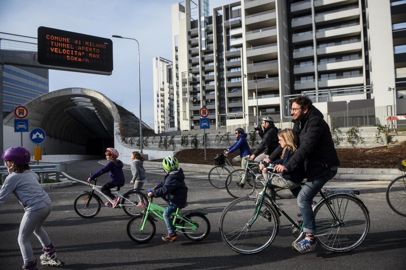 Aperto al traffico il tunnel di Via Gattamelata, piccola protesta di genitori della zona e associazioni di ciclisti