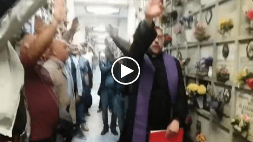 Prete fa il saluto fascista al cimitero di Milano: don Orlando Amendola crea polemica