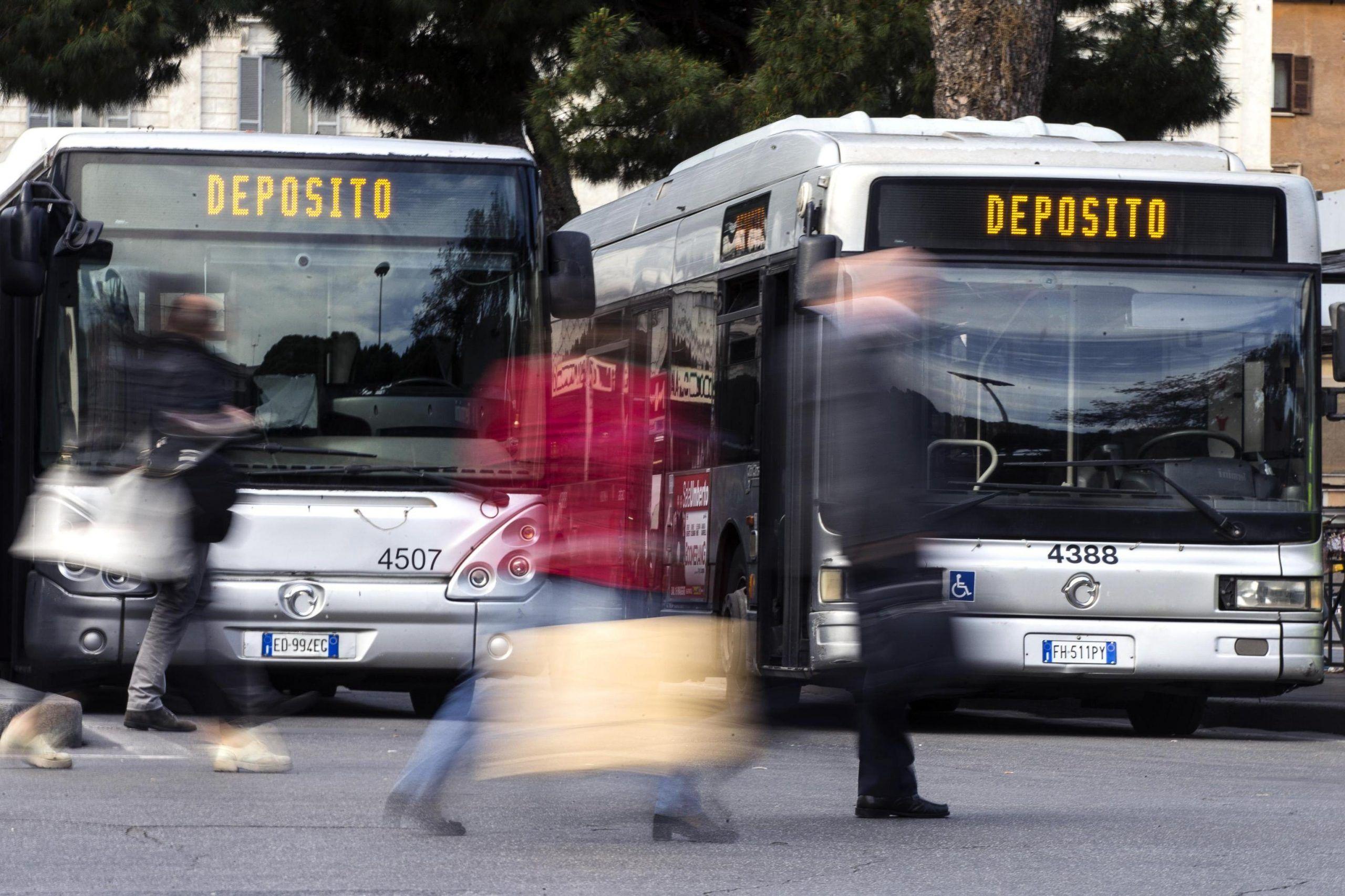 Sciopero aerei, treni, bus, metro, traghetti