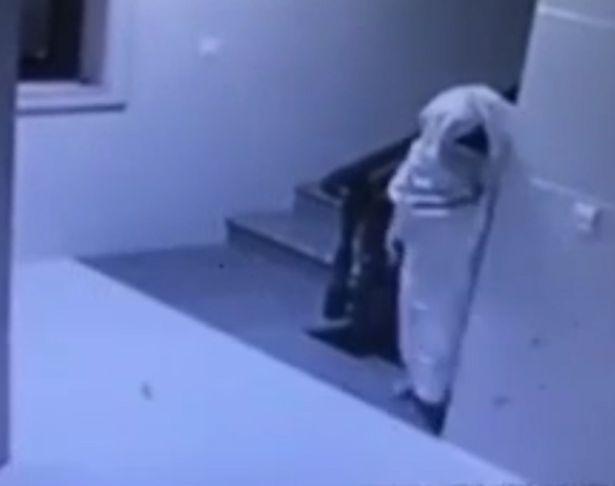 ladro vestito da fantasma