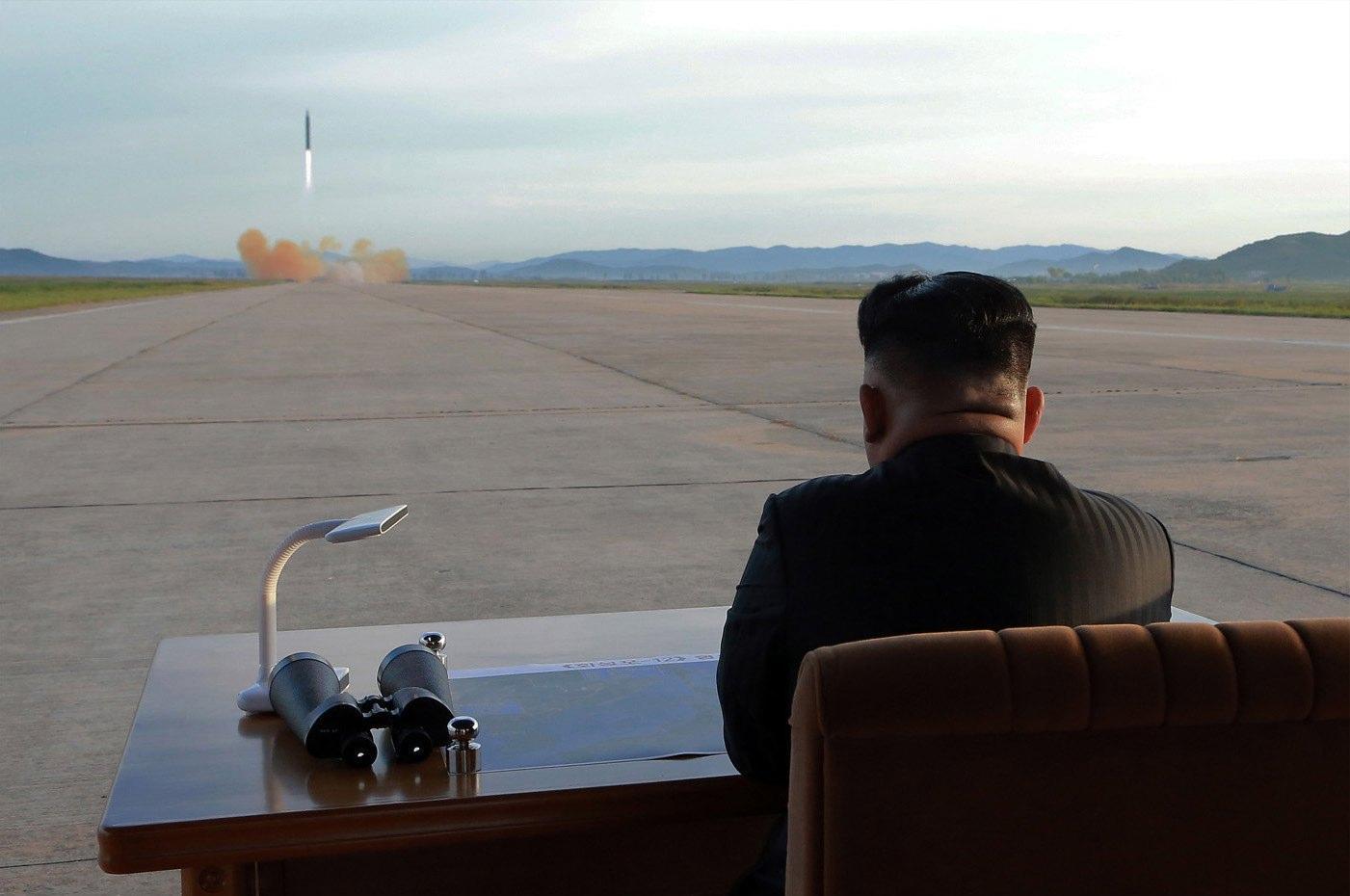 Corea del Nord, Kim Jong Un attende il lancio del missile Hwasong 12