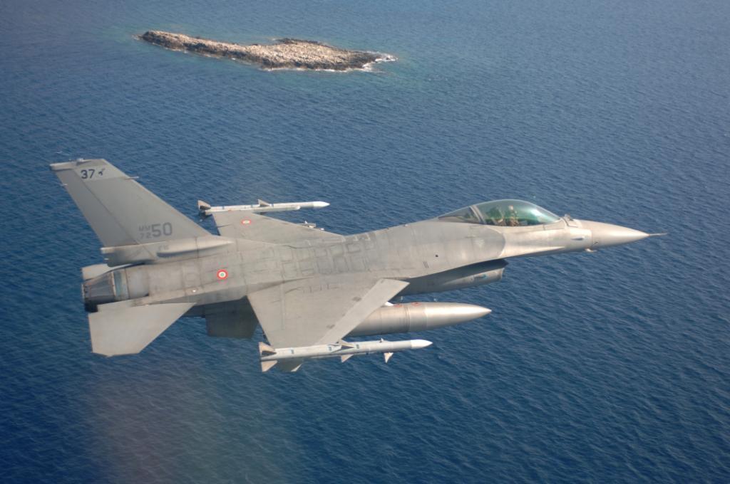 AERONAUTICA: DOPO 9 ANNI STOP AI CACCIA F 16