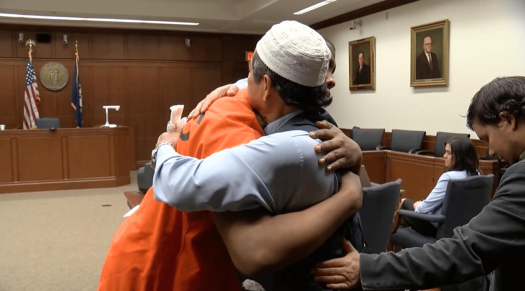 padre abbraccia killer del figlio