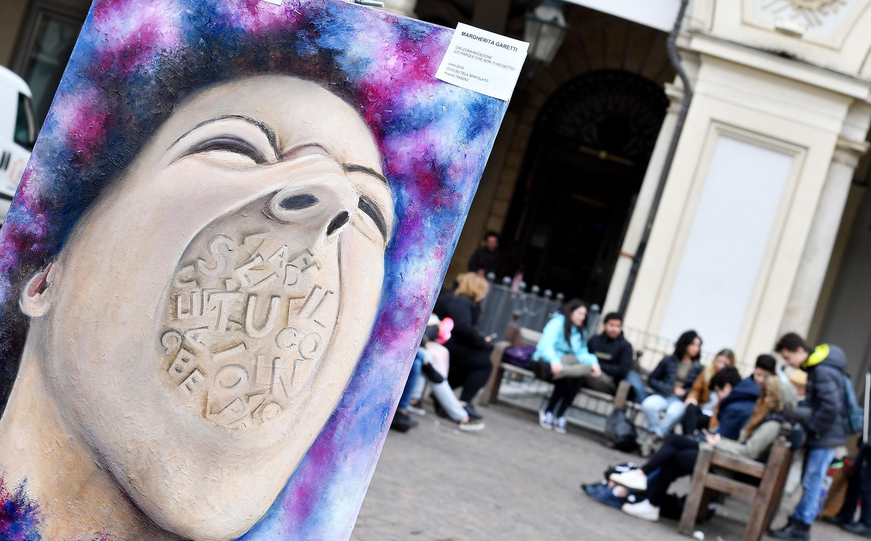 Cyberbullismo: in piazza abbracci e barchette per dire no