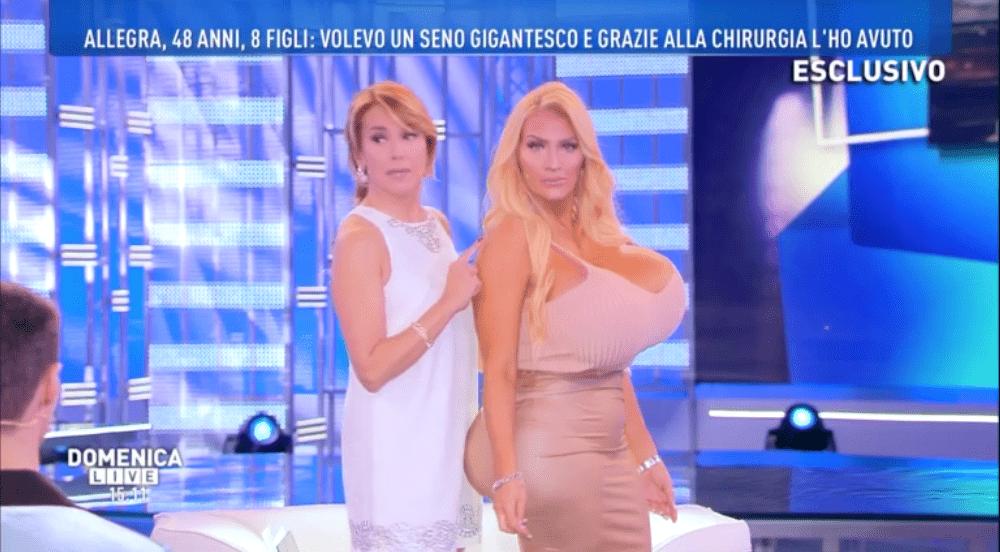 Domenica Live, Allegra Cole mostra il seno rifatto più grande del mondo: 'Spesi 75mila dollari'