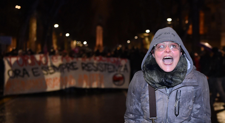 Scontri Torino: docente sospesa in foto con M5s, polemiche