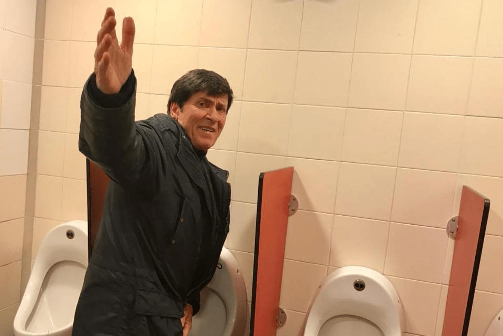 gianni morandi foto nel bagno dell'autogrill di una fan