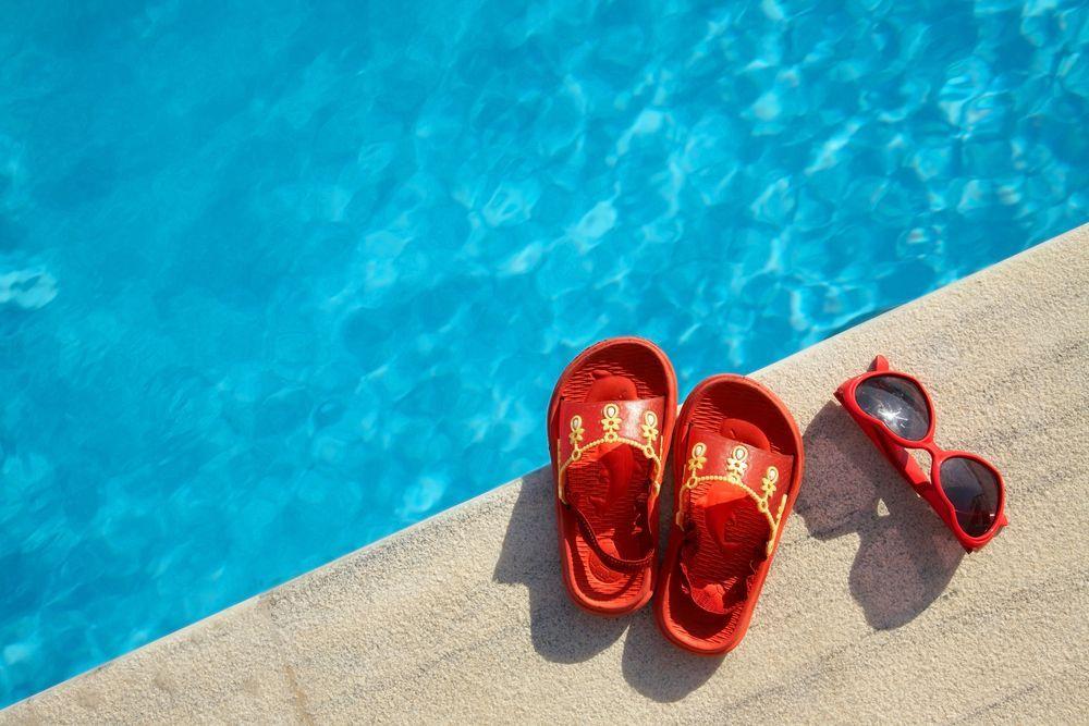 Beve l'acqua della piscina bambina di 4 anni rischia di morire