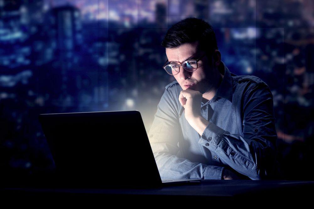 Esposizione notturna alla luce blu possibile aumento dei rischi di tumore al seno e alla prostata