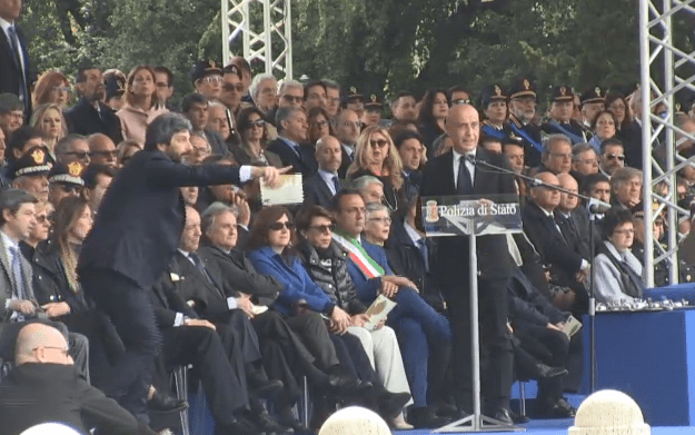 Agente sviene alla festa della Polizia, la reazione di Roberto Fico sbalordisce tutti